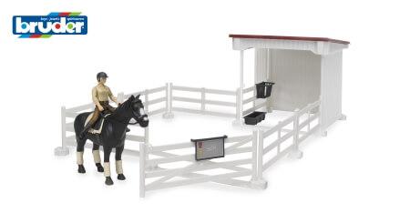Lovasudvar női lovásszal és lóval